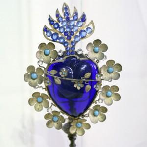 Sagrado Corazón de María, representado con flores. Orfebrería mexicana en plata, vidrio, turquesa.... Siglo. ...